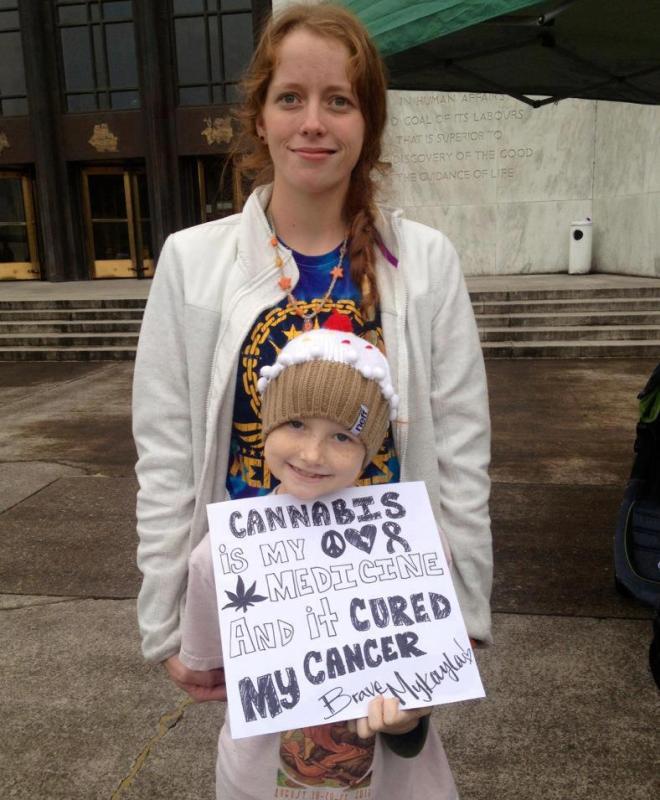 Mykayla Comstock, enfant de 7 ans atteinte de leucémie, utilise l'huile de Rick Simpson