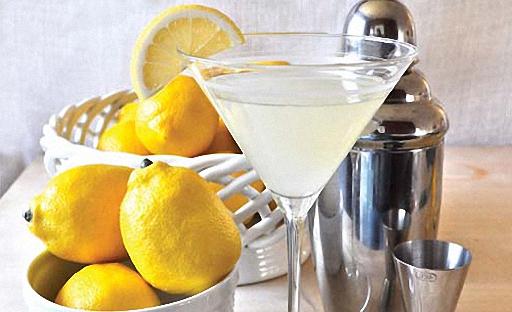Лимон стаканға шарап көзілдірігіне құйып, үстелге қызмет етіңіз