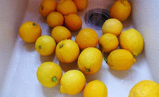 Қант сиропын және лимон тұнбаларын араластырыңыз