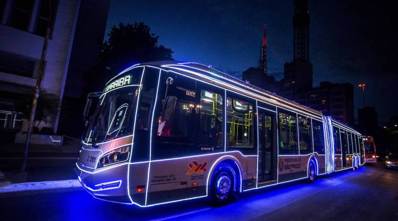 Faça um passeio gratuito nos ônibus iluminados e decorados com luzes de Natal