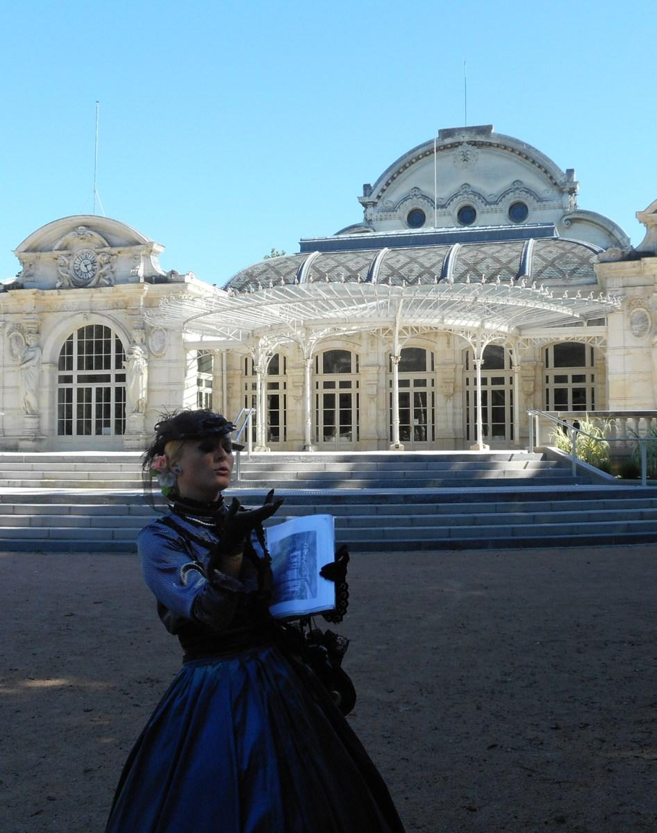 la Comtesse Valevsky se promène dans Vichy