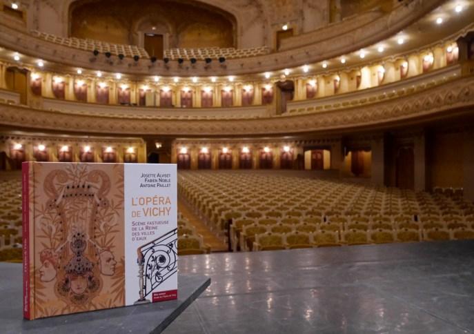 """Livre """"L'Opéra de Vichy Scène fastueuse de la Reine des Villes d'Eaux"""""""