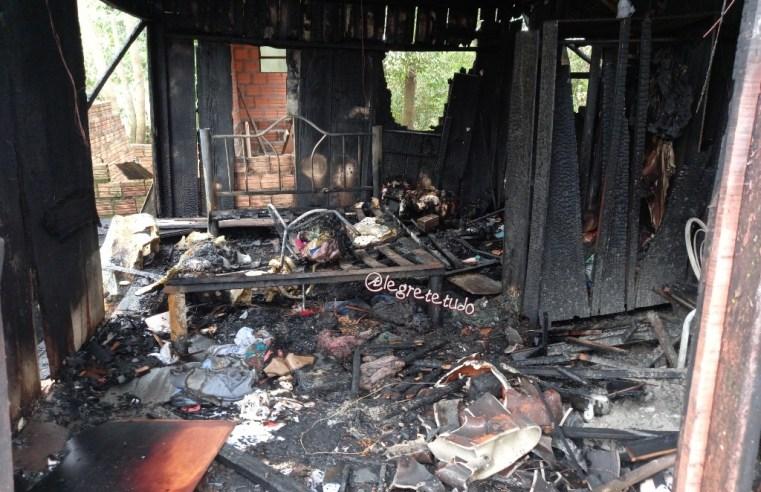 Idosa, deficiente visual, perde tudo em incêndio no bairro Canudos