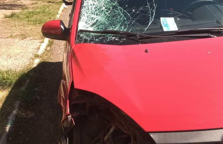 Carro corta preferencial de motociclista e deixa mulher ferida