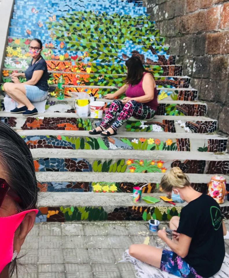 Artistas voluntárias transformam a escadaria da ABA em novo cartão postal de Alegrete