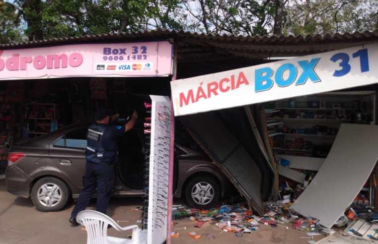 Vídeo: carro invade camelódromo, destrói banca e fere cliente