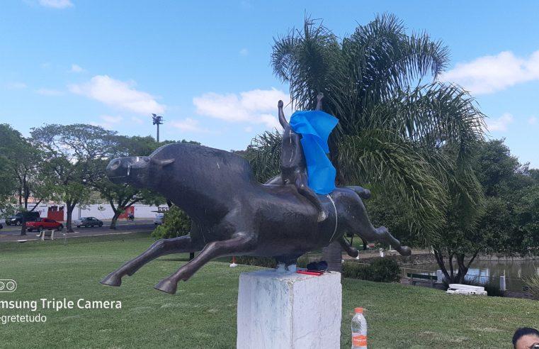Estátuas e monumentos lembram aos homens os cuidados com a saúde no Novembro Azul