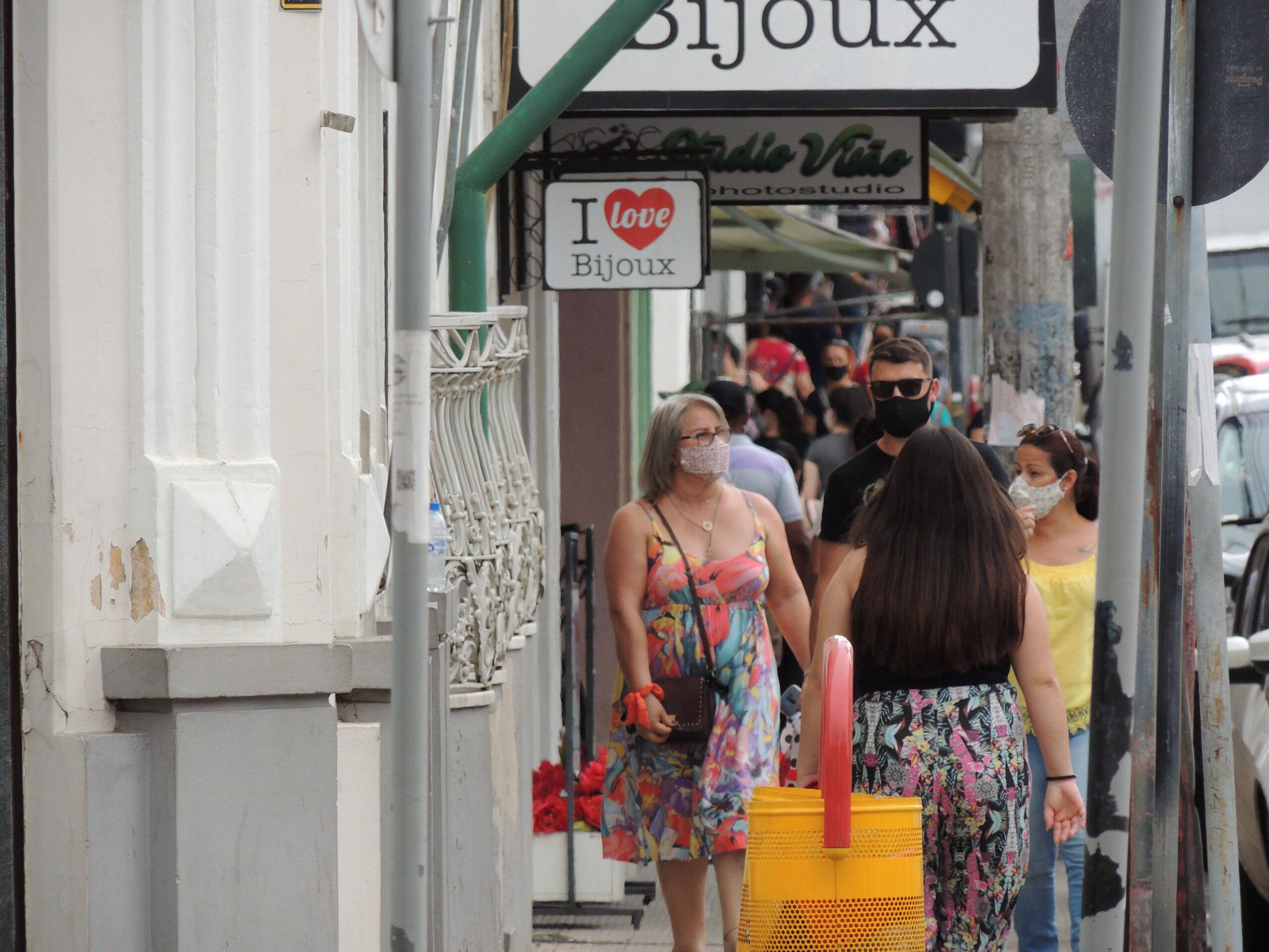 Rua dos Andradas lotada e lojas registram movimento intenso nesta sexta-feira