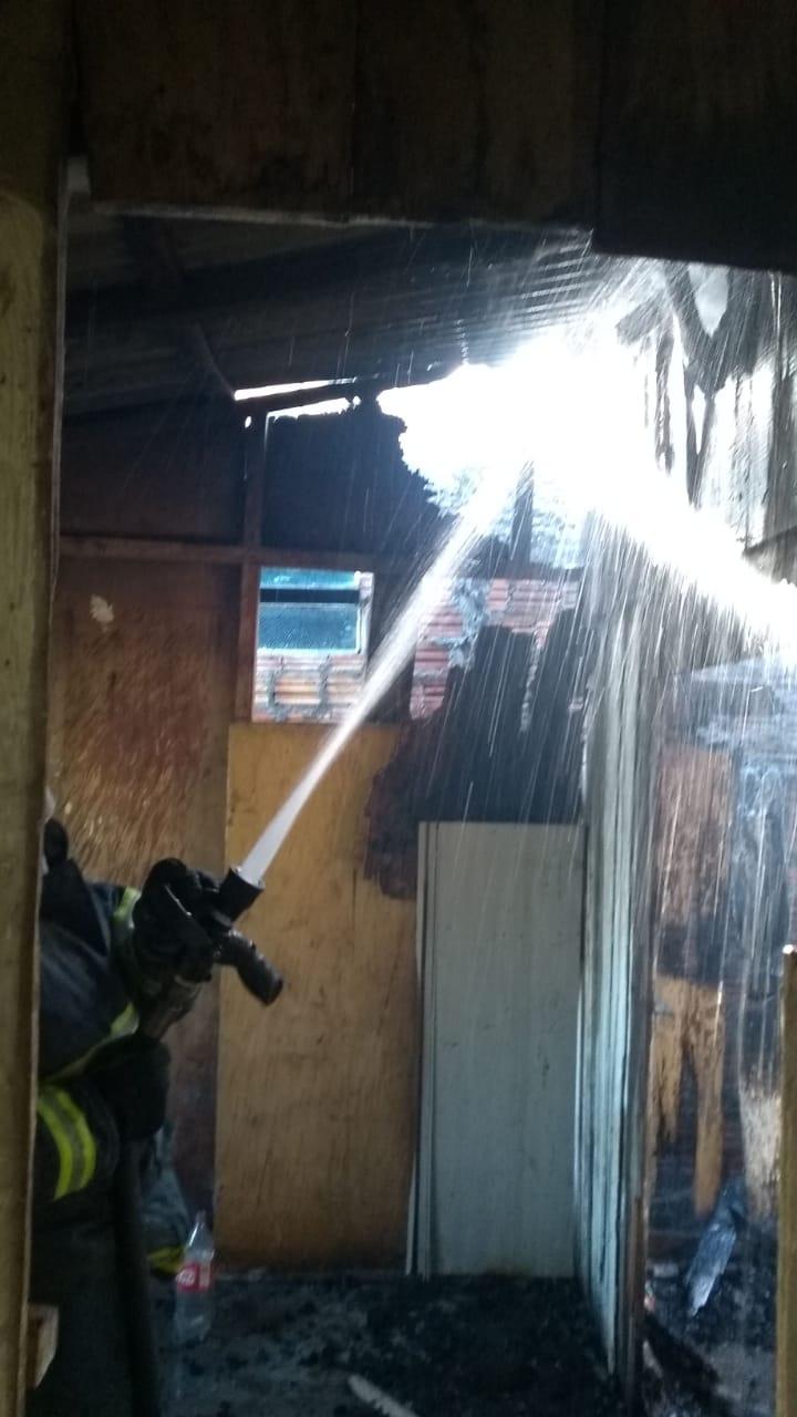 Bombeiros combatem incêndio, em residência abandonada, na Zona Leste