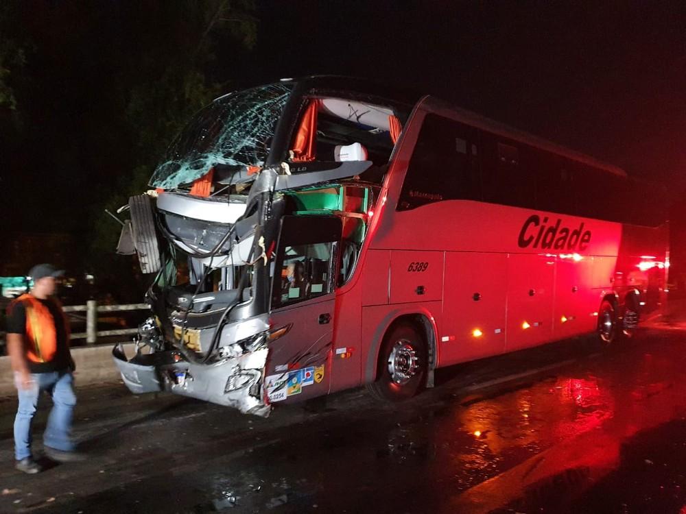 Acidente entre ônibus e caminhão deixa 8 feridos na BR-290, em Porto Alegre