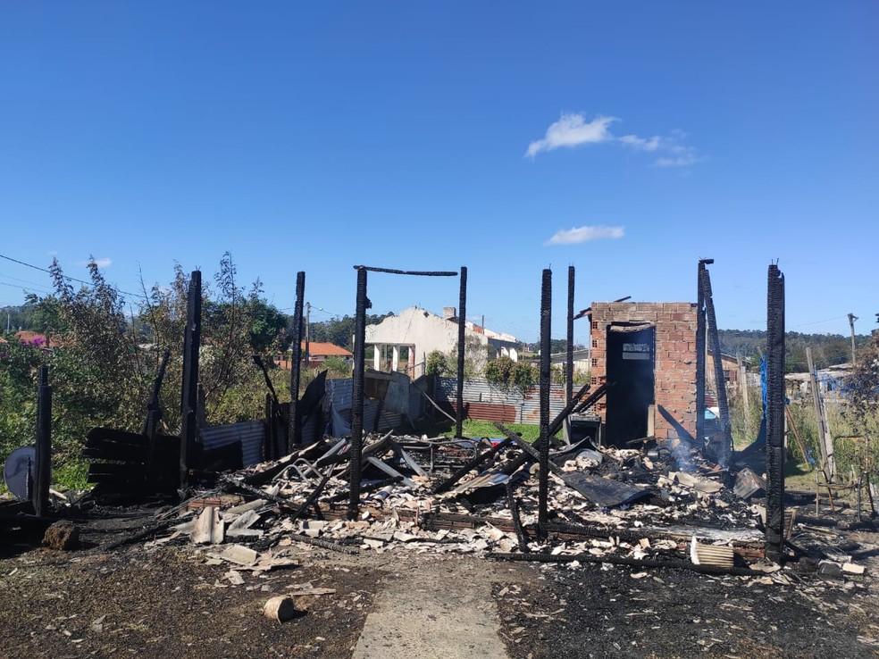 Polícia investiga a morte de mulher e dois filhos em Santa Maria; casa foi incendiada