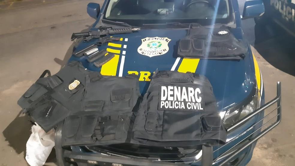 Homem é preso transportando fuzil, pistola e coletes à prova de bala na BR-290