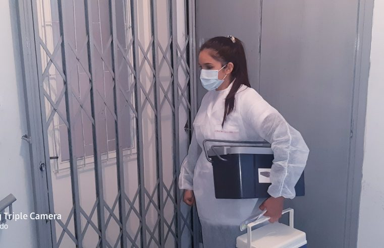 Idosos que não podem se locomover recebem vacina em casa em Alegrete
