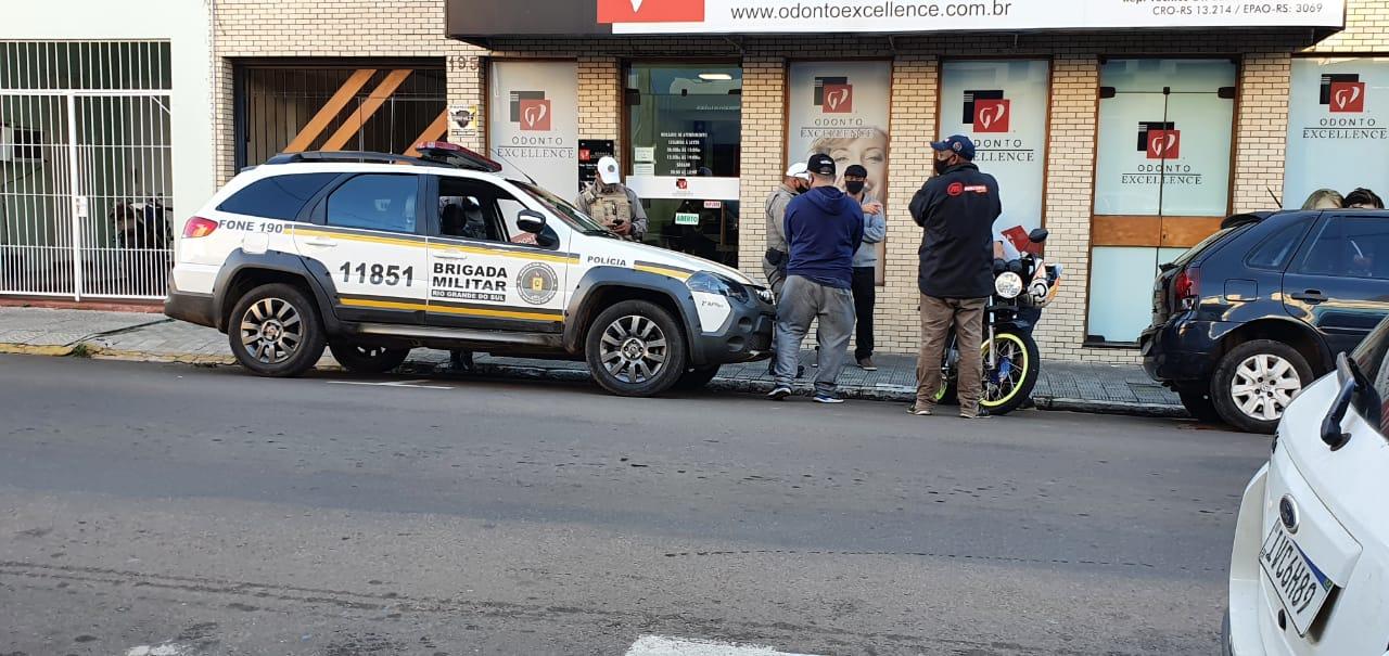 Motociclista bate em carro, estacionado, na Rua Dos Andradas