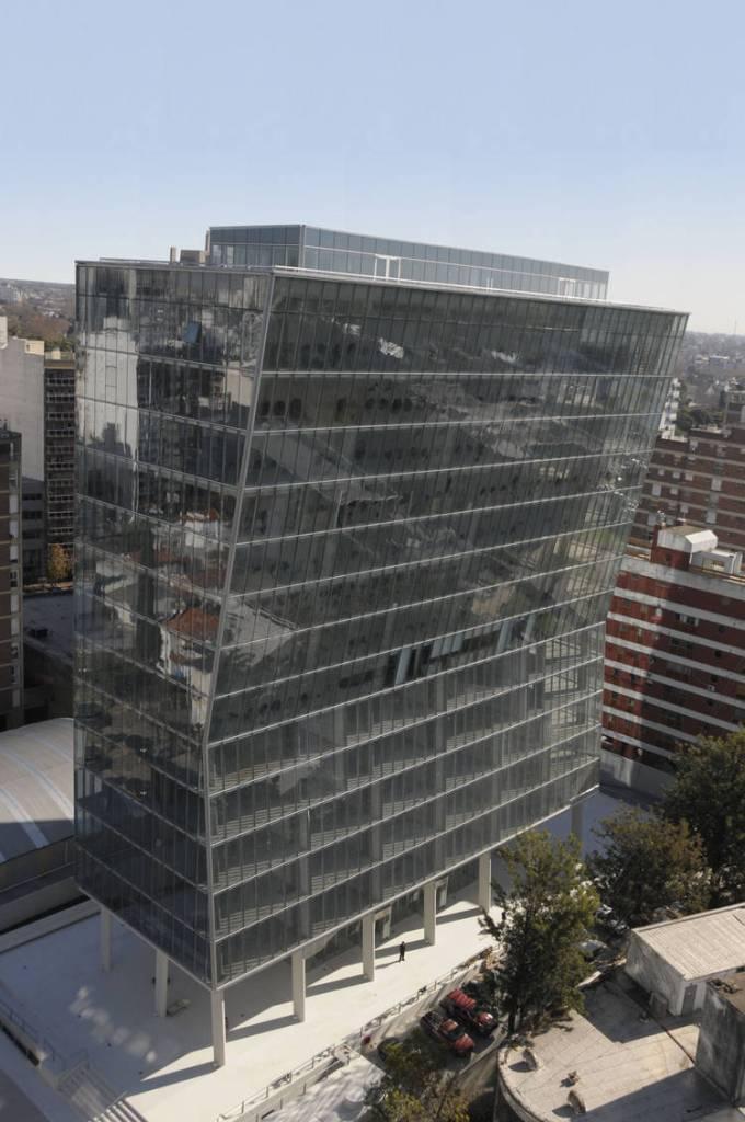 Edificio K, visible ejemplo de estructura no regular por la restricción de relación de áreas permitidas.