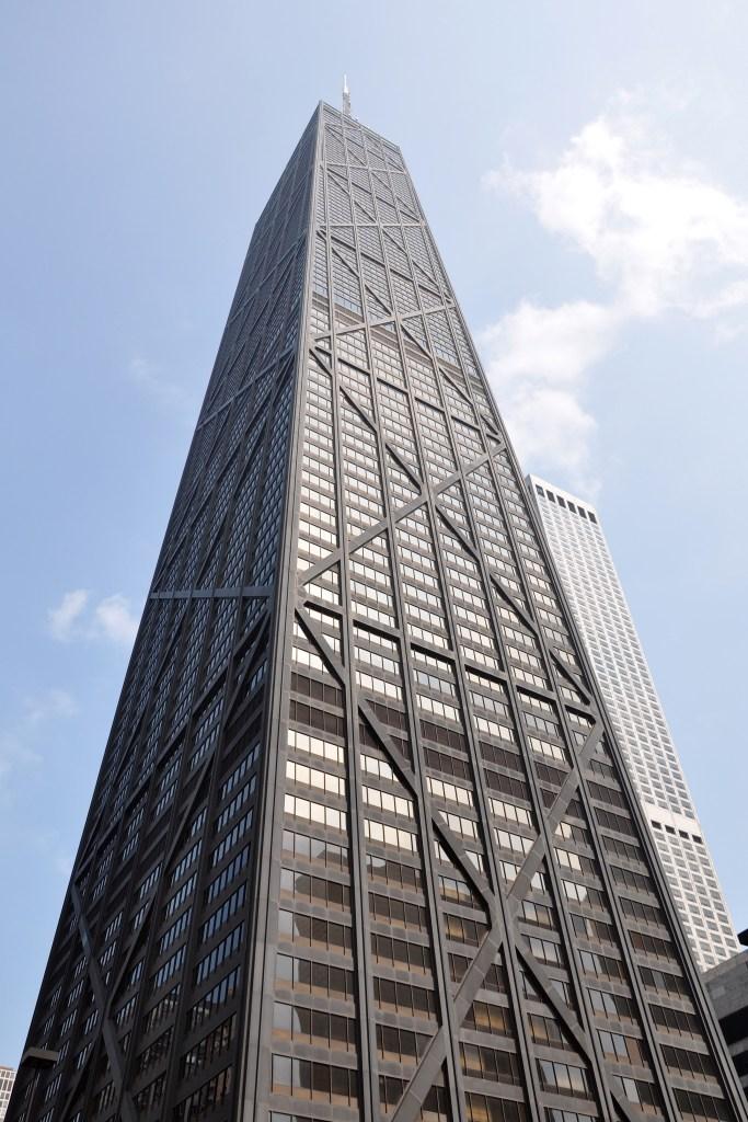"""John Hancock Center, ejemplo de estructura tipo """"tubo atado"""", variante del Dr. Khan, de la estructura en tubo"""