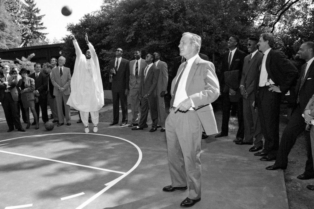 Hodges lanzando en la Casa Blanca con el dashiki ante la mirada de Bush padre (Cortesía de la Biblioteca Presidencial George Bush)