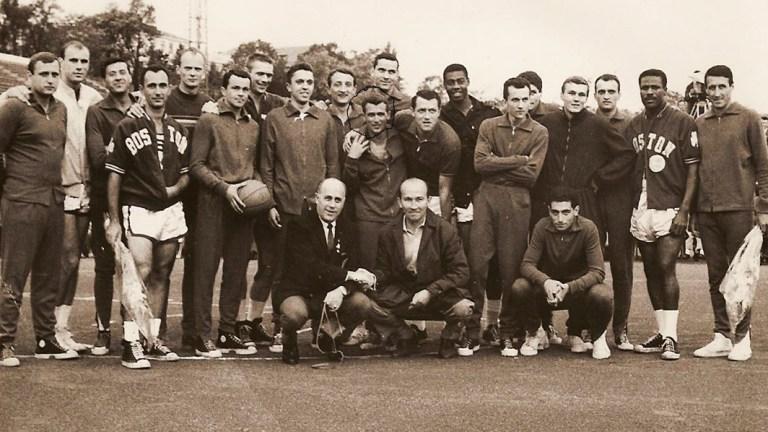 De izquierda a derecha, Bob Pettit, Bob Cousy, Tom Heinsohn, Red Auerbach, Jerry Lucas, Oscar Robertson y KC Jones. Falta Bill Russell en la imagen | Tudor Costescu