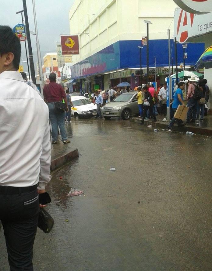 Tres carros atascados debido a un hoyo en medio de la calle en 1 oriente y 4 sur (sin señalamiento )