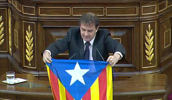 El diputado separatista Alfred Bosch muestra una estelada en el Congreso.