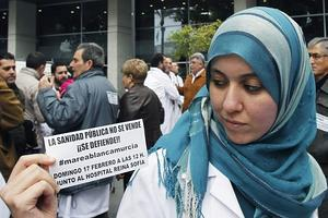 Una musulmana, durante una de las manifestaciones del pasado fin de semana en favor de la sanidad pública.