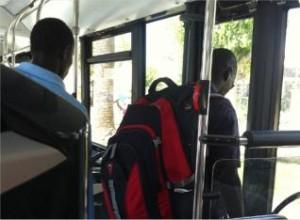 Los vendedores usan el bus para ir de un pueblo a otro.