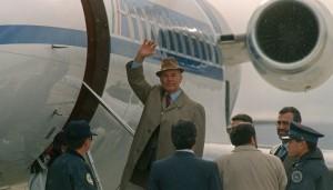 20 de noviembre de 1995. El excapitán de las SS, Erich Priebke, dice adiós mientras ingresa en el avión que lo llevará de Bariloche, Argentina, hacia Italia para enfrentarse a un juicio.
