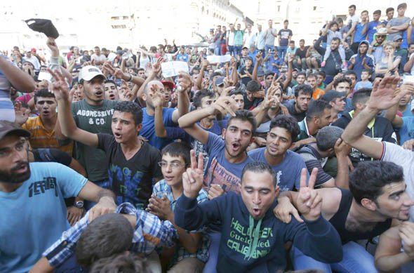 Inmigrantes musulmanes festejan que llegan a Europa