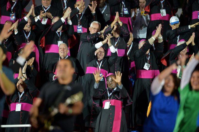 Obispos bailando en la JMJ celebrada en Brasil.