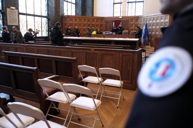 Imagen de la sala de juicio. De pie, el acusado.