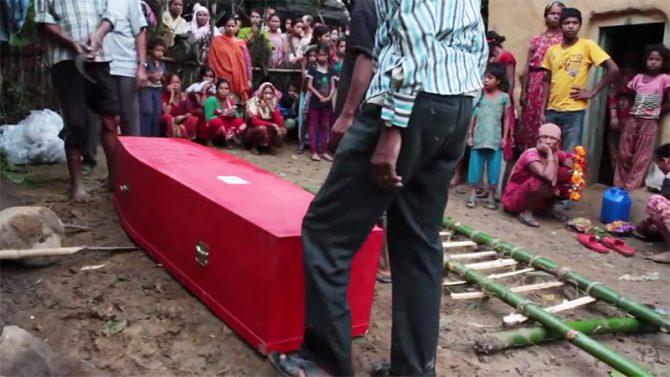 La familia de un trabajador nepalí fallecido en Qatar durante las obras de construcción de un estadio de fútbol se prepara para enterrarlo. En Qatar, los trabajadores extranjeros trabajan en condiciones muy peligrosas; sólo los nepalíes mueren a un ritmo de uno cada dos días. (Imagen: captura de un vídeo del 'Guardian').