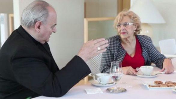 El obispo Sánchez Sorondo, durante una cita privada con Carmena en el Ayuntamiento de Madrid.