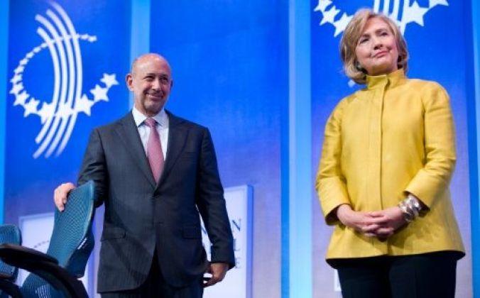 Lloyd Blankfein, presidente de Goldman Sachs (I) y Hillary Clinton, durante una reunión anual de la Clinton Global Initiative, el 24 de septiembre de 2014 en Nueva York