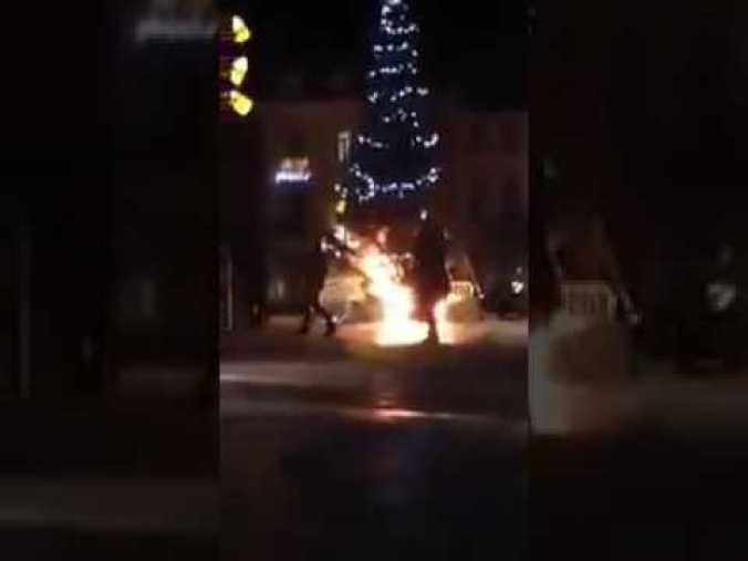 Imagen del árbol navideño quemado en Bruselas.