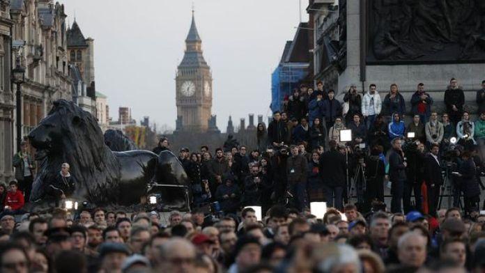 Una multitud participa en Londres de la vigilia por las víctimas del atentado