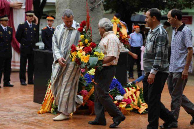 Musulmanes catalanes haciendo una ofrenda floral al monumento de Rafael Casanova en Barcelona.