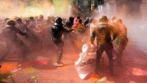 Los Mossos cargan contra independentistas que intentaban oponerse a la manifestación del sindicato policial Jusapol