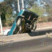 """Camioneta termina en canal tras un """"cerrón"""""""