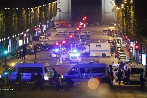 Presunto terrorista mata a policía y hiere a 2 más en París