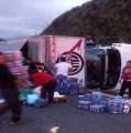 """""""Rapiñan"""" víveres para damnificados de Oaxaca, tras volcadura de camión que los transportaba"""