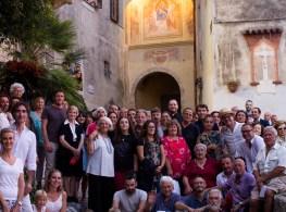 I paesani di Monteggiori davanti alla porta restaurata