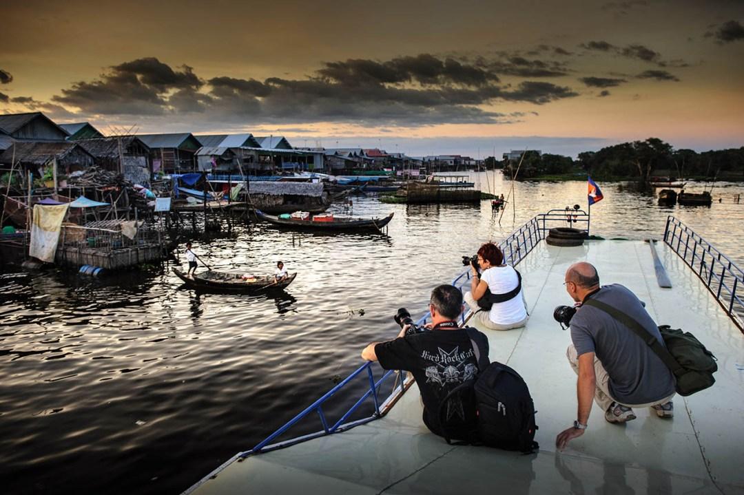 Il villaggio galleggiante al tramonto