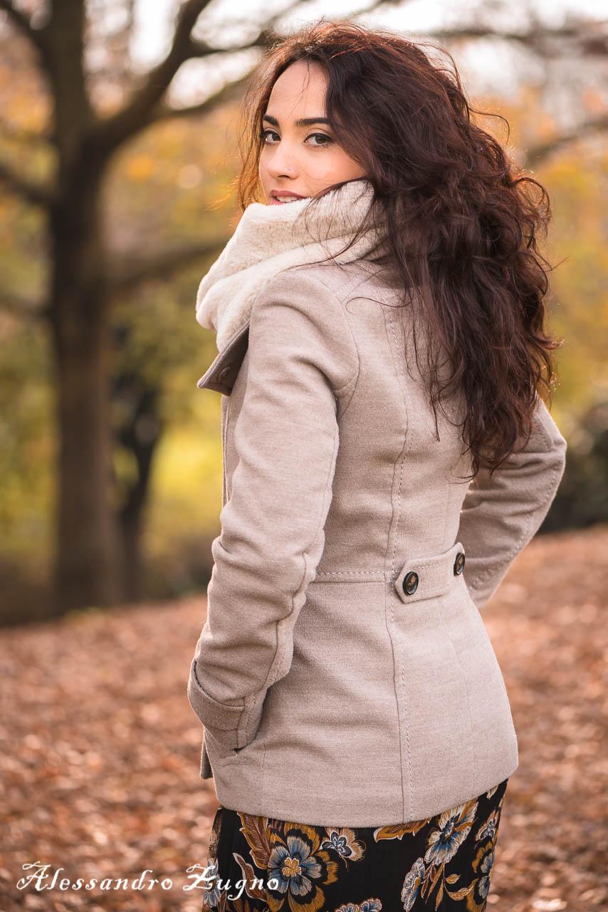 ragazza che posa per fotografia di moda al parco con abbigliamento autunnale