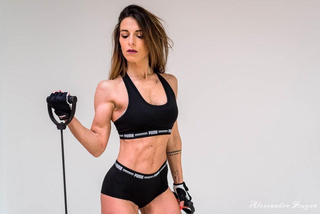 modella che posa per book fotografico fitness in una palestra a Padova