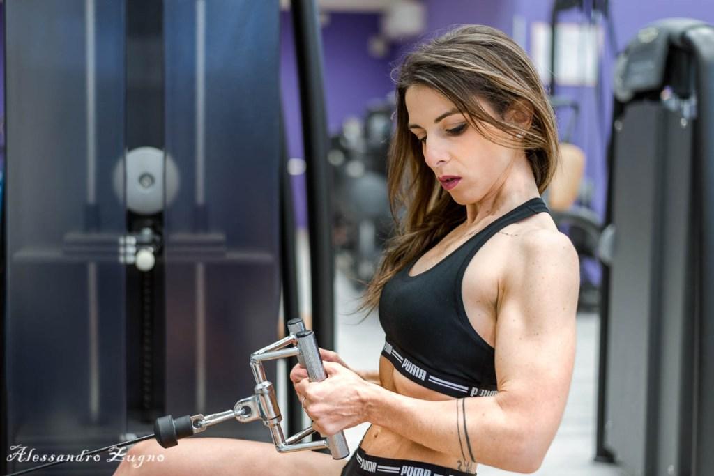 ragazza che fa esercizi fitness in palestra