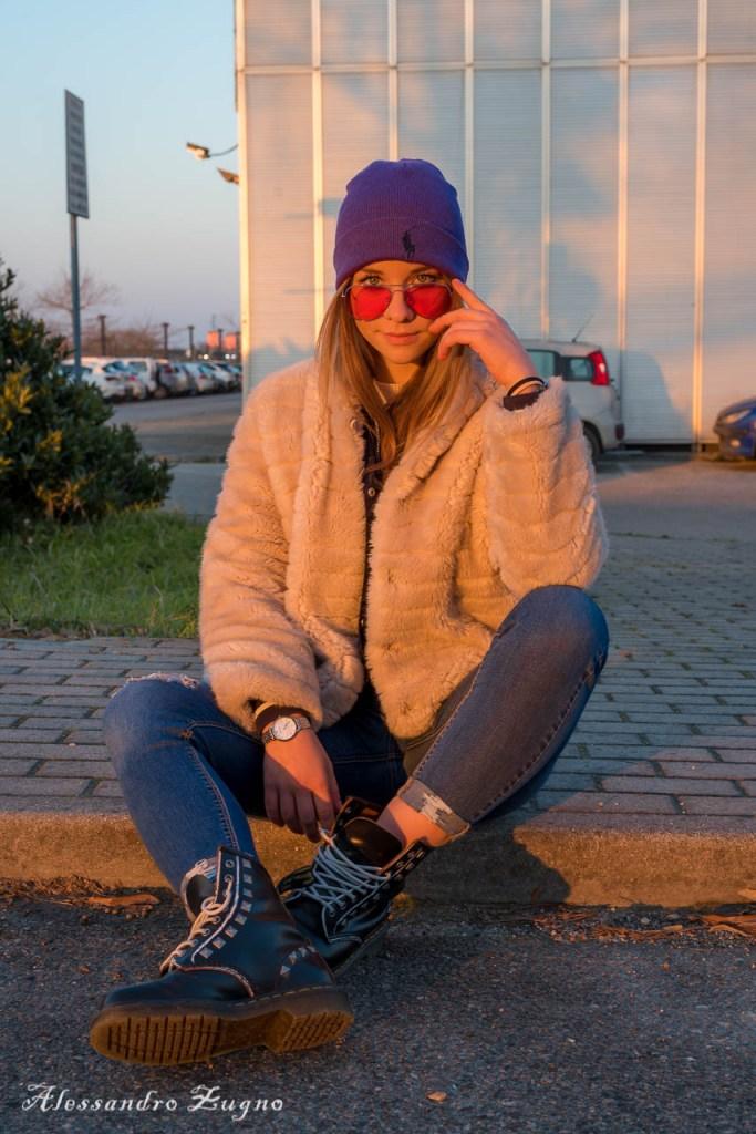 ragazza nel parcheggio del Cineplex Dream Park a Due Carrare al tramonto