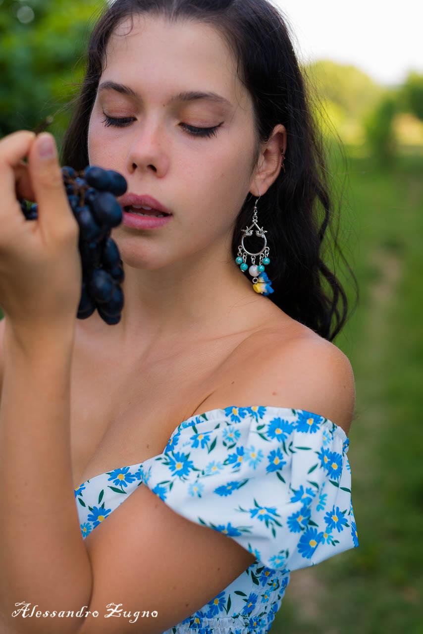 ragazza con uva nella vigna dei colli euganei per servizio fotografico