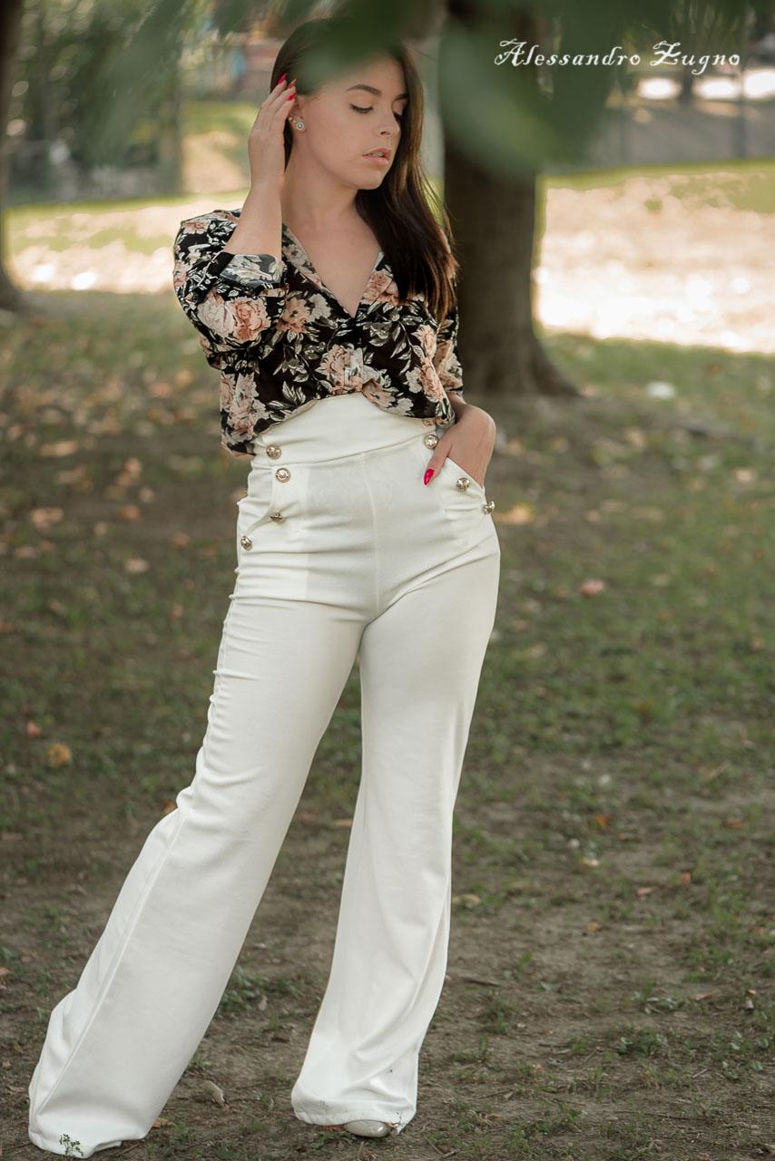 ragazza con vestiti alla moda che posa per book fotografico