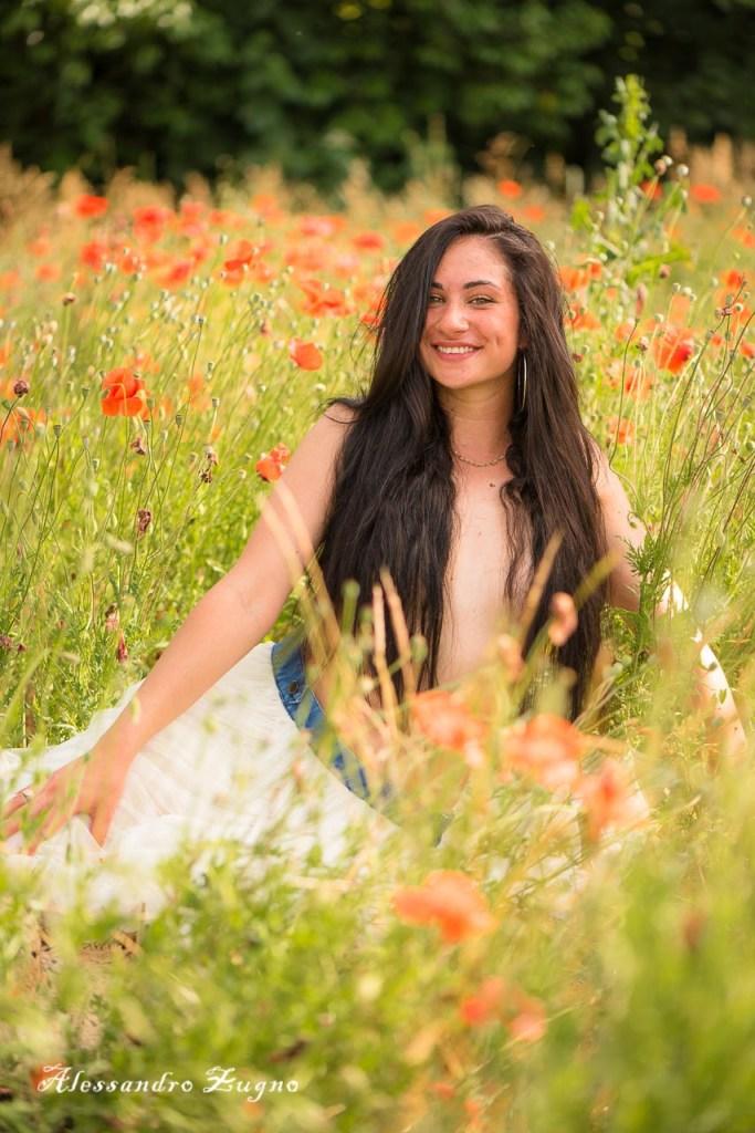 ragazza che sorride in un campo di papaveri Albignasego