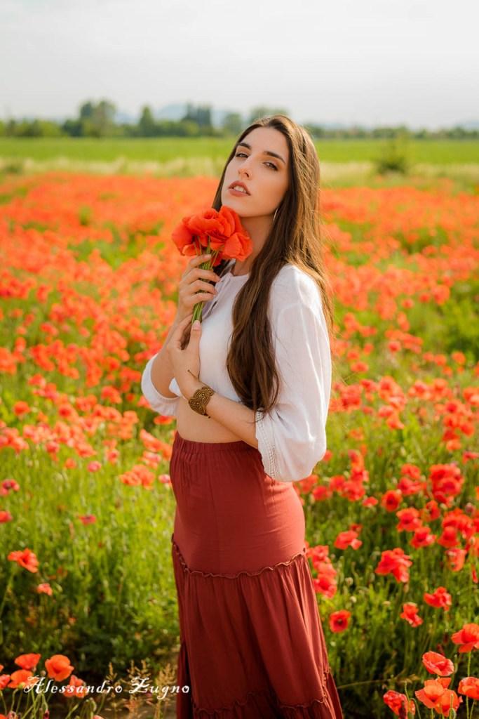 posa fotografica di ragazza con fiori